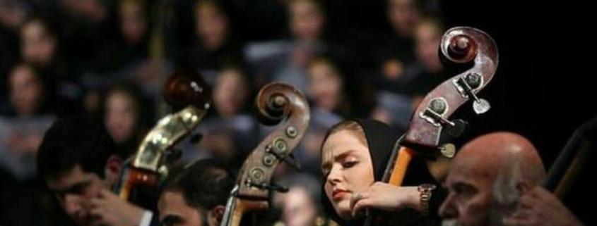 نوازندگی یک زن در اجرای زنده